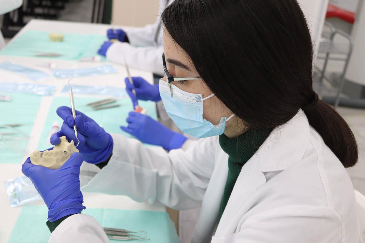 """curso teórico práctico para higienistas """" Asistencia al dentista en Periodoncia avanzada e implantes"""""""
